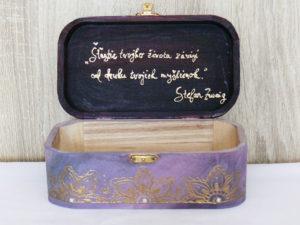 drevená krabička s nápisom vo vnútri